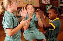 στοιχειώδη κορίτσια παιχνιδιών που παίζουν τρία Στοκ Φωτογραφία