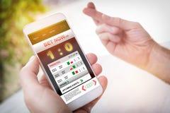 Στοιχημάτιση στον αθλητισμό με το smartphone στοκ φωτογραφία με δικαίωμα ελεύθερης χρήσης
