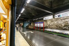 ΣΤΟΚΧΟΛΜΗ, ΣΟΥΗΔΙΑ - 22$ος του Μαΐου του 2014 Σταθμός μετρό στη Στοκχόλμη Συλλογή της τέχνης μετρό της Στοκχόλμης - κόσμος το περ Στοκ Φωτογραφίες
