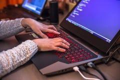 Στοκχόλμη, Σουηδία: Στις 21 Φεβρουαρίου 2017 - θηλυκό worki προγραμματιστών Στοκ φωτογραφία με δικαίωμα ελεύθερης χρήσης