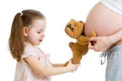 Στομάχι κοριτσιών παιδιών και της έγκυου μητέρας Στοκ εικόνες με δικαίωμα ελεύθερης χρήσης