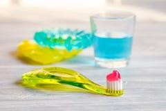 Στοματική φροντίδα οδοντοβουρτσών παιδιών ` s στο ξύλινο υπόβαθρο στοκ εικόνες με δικαίωμα ελεύθερης χρήσης