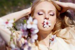 στοματικό ροδάκινο κοριτσιών λουλουδιών Στοκ φωτογραφία με δικαίωμα ελεύθερης χρήσης