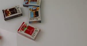 Στον άσπρο πίνακα ρίξτε τη συσκευασία με τον καπνό για το hookah απόθεμα βίντεο