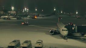 Στον αερολιμένα, διάδρομος απόθεμα βίντεο