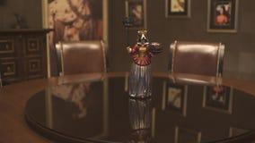 Στον ακριβό να δειπνήσει πίνακα υπάρχει ένα άγαλμα ενός σκυλιού σε ένα κοστούμι βασίλισσας κρατώντας ένα πιάτο κλείστε επάνω απόθεμα βίντεο
