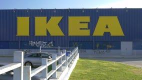 Στον ηλιόλουστο βλέπω ημέρα τοίχο του καταστήματος Ikea απόθεμα βίντεο