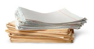 Στον μπροστινό σωρό των παλαιών κιτρινισμένων φύλλων των σχολικών σημειωματάριων στοκ εικόνες