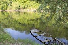 Στον ποταμό από ένα πρώιμο ελατήριο Στοκ φωτογραφία με δικαίωμα ελεύθερης χρήσης