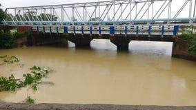 Στον ποταμό στο χρόνο mansoon στοκ φωτογραφία