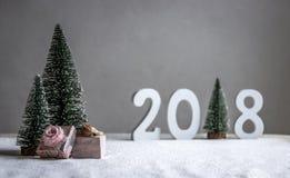 Στον τομέα το σκυλί κοιμάται στα δώρα και στην απόσταση είναι τα σχήματα το 2018 όπου στο ρόλο ενός χριστουγεννιάτικου δέντρου Στοκ Φωτογραφίες