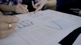 Στον υπολογιστή γραφείου οι σχεδιαστές καταρτίζουν τα έγγραφα για το εσωτερικό σχέδιο απόθεμα βίντεο