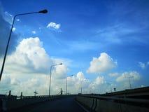 Στον υψηλό τρόπο δείτε στην άποψη τα άσπρα σύννεφα στο νεφελώδες περιβάλλον ομορφιάς υποβάθρου φύσης μπλε ουρανού στοκ φωτογραφίες