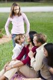 Στοργική οικογένεια πέντε μαζί στο πάρκο στοκ εικόνες