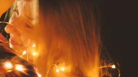 Στοργικός αγκαλιάστε τα ρομαντικά φω'τα χορού ζευγών απόθεμα βίντεο