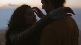 Στοργικό ζεύγος στο βουνό στο ηλιοβασίλεμα φιλμ μικρού μήκους