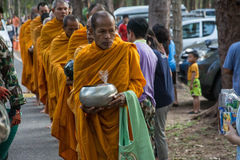 Στους βουδιστικούς μοναχούς δίνονται τα τρόφιμα που προσφέρουν από τους ανθρώπους για την ημέρα Songkran ή το ταϊλανδικό νέο Φε έ Στοκ Εικόνες