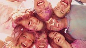 Στους σε αργή κίνηση ευτυχείς φίλους που καλύπτονται στο χρώμα σκονών απόθεμα βίντεο
