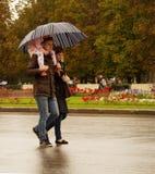 Στους ώμους του μπαμπά και κάτω από μια ομπρέλα Στοκ εικόνα με δικαίωμα ελεύθερης χρήσης