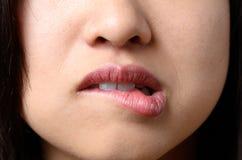 Στοχαστική γυναίκα που δαγκώνει το χείλι της Στοκ φωτογραφία με δικαίωμα ελεύθερης χρήσης