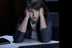 Στοχαστική γυναίκα στο γραφείο Στοκ εικόνες με δικαίωμα ελεύθερης χρήσης