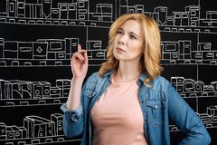 Στοχαστική γυναίκα standign σε ένα φαρμακείο στοκ εικόνα