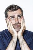 Στοχαστική γλώσσα του σώματος για το σκεπτόμενο μέσο ηλικίας όμορφο γενειοφόρο άτομο Στοκ Φωτογραφίες