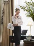 Στοχαστική επιχειρηματίας με το έγγραφο στο Υπουργείο Εσωτερικών Στοκ Φωτογραφία