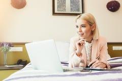 Στοχαστική επιχειρηματίας που εργάζεται με τα έγγραφα στο ξενοδοχείο Στοκ Εικόνα