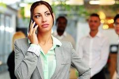 Στοχαστική επιχειρηματίας που μιλά στο smartphone Στοκ φωτογραφία με δικαίωμα ελεύθερης χρήσης