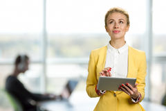 Στοχαστική επιχειρησιακή κυρία με την ψηφιακή ταμπλέτα Στοκ φωτογραφία με δικαίωμα ελεύθερης χρήσης