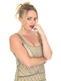 Στοχαστική ελκυστική ανησυχημένη νέα γυναίκα που φορά το φόρεμα πτερυγίων Στοκ Φωτογραφίες
