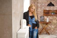 Στοχαστική νέα γυναίκα στο σπίτι στοκ φωτογραφίες
