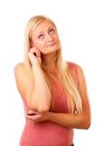 Στοχαστική ξανθή γυναίκα στο κόκκινο πουκάμισο στοκ εικόνες