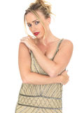 Στοχαστική λυπημένη νέα γυναίκα που φορά το φόρεμα πτερυγίων Στοκ εικόνα με δικαίωμα ελεύθερης χρήσης