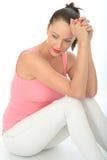 Στοχαστική χαλαρωμένη ευτυχής ελκυστική νέα συνεδρίαση γυναικών στο πάτωμα στοκ εικόνες