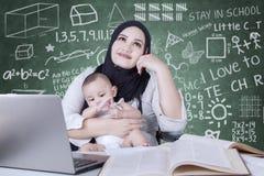 Στοχαστικοί δάσκαλος και μωρό στην κατηγορία Στοκ Εικόνα