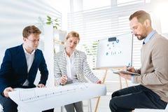 Στοχαστικοί τρεις συνάδελφοι που σύρουν το σχέδιο Στοκ εικόνες με δικαίωμα ελεύθερης χρήσης