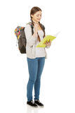 Στοχαστικός έφηβος με το σχολικό σακίδιο πλάτης Στοκ Φωτογραφίες