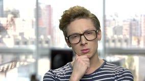 Στοχαστικός έφηβος που φορά eyeglasses απόθεμα βίντεο