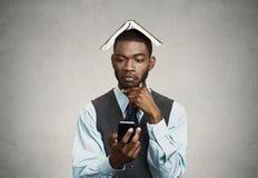 Στοχαστικός ανώτερος υπάλληλος που αποφασίζει τι για να απαντήσει στο έξυπνο τηλέφωνο Στοκ Φωτογραφία