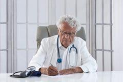Στοχαστικός αρσενικός γιατρός Στοκ Εικόνες