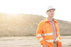 Στοχαστικός αρσενικός επόπτης που εξετάζει μακριά το εργοτάξιο οικοδομής Στοκ Εικόνες