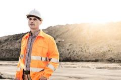 Στοχαστικός αρσενικός επόπτης που εξετάζει μακριά το εργοτάξιο οικοδομής Στοκ Φωτογραφίες