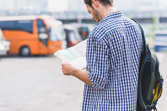 Στοχαστικός αρσενικός ταξιδιώτης που προετοιμάζεται για το ταξίδι Στοκ Φωτογραφίες