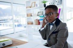 Στοχαστικός επιχειρηματίας που μιλά στο κινητό τηλέφωνο Στοκ Εικόνα