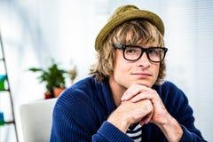 Στοχαστικός επιχειρηματίας hipster που εξετάζει τη κάμερα Στοκ εικόνα με δικαίωμα ελεύθερης χρήσης