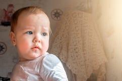 Στοχαστικός κοιτάξτε ενός μικρού παιδιού που φαίνεται έξω το παράθυρο Στοκ εικόνες με δικαίωμα ελεύθερης χρήσης