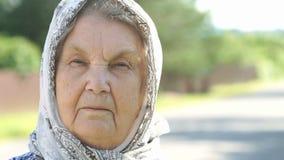 Στοχαστικός κοιτάξτε της σοβαρής ηλικιωμένης γυναίκας Κινηματογράφηση σε πρώτο πλάνο φιλμ μικρού μήκους
