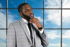 Στοχαστικός μαύρος επιχειρηματίας στο κοστούμι Στοκ Εικόνες